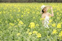 Woman with hat posing at the rape field