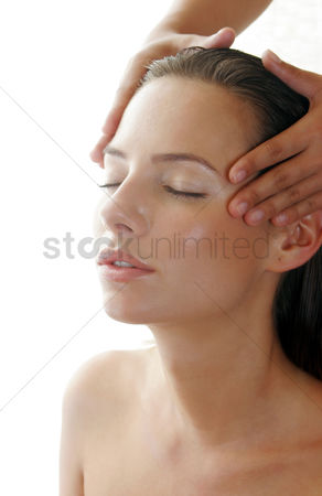 Spa : A pair of hands massaging a lady s head