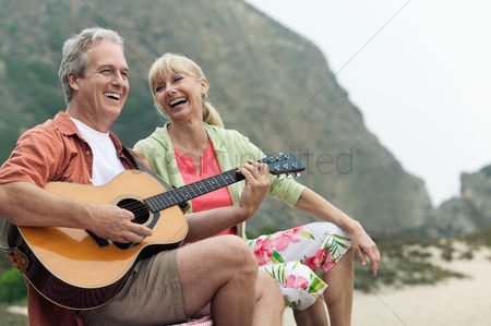 Heart : Man playing guitar with wife at beach