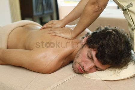 Spa : Massage therapist massaging man s back