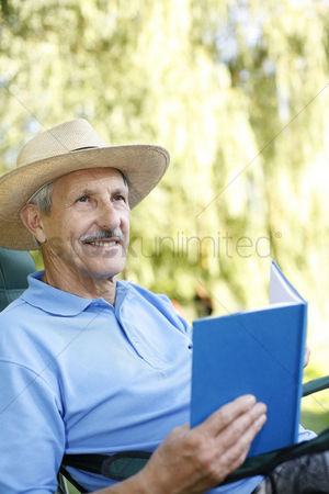 Park Outdoor : Senior man with hat reading book