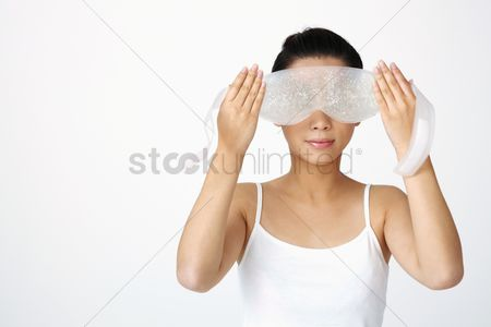 Spa : Woman putting on eye mask