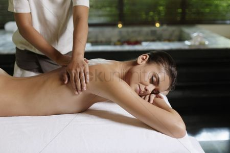 Spa : Woman receiving a back massage