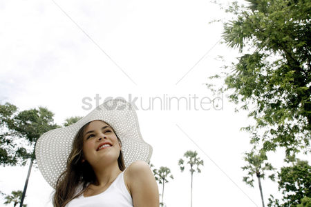 Park Outdoor : Woman with hat smiling