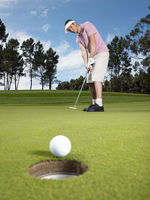 Popular : Golfer putting