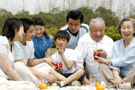 Enjoying : A big family picnicking in the park