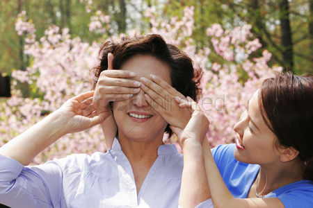Bonding : A lady closing her mother s eyes with her hands