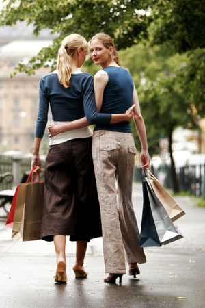 Attraction : A lesbian couple after shopping