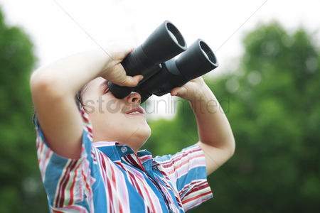 Children : Boy with binoculars