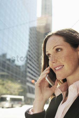 Cell phone : Businesswoman phoning