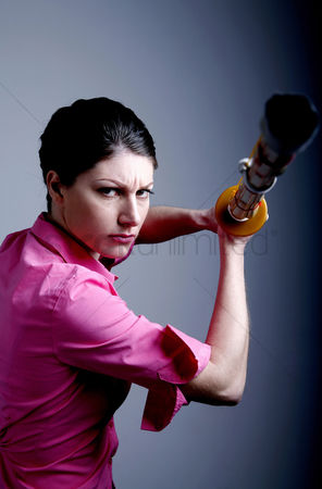 Fight : Businesswoman posing with a shinai