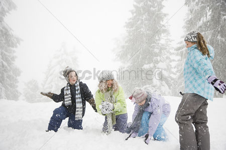 Fight : Children playing in the snow