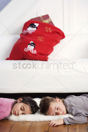 Comfy : Children sleeping on the floor