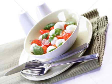 Leaf : Close  - up of sliced tomatoes with mozarella