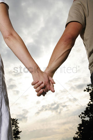 Outdoor : Couple holding hands