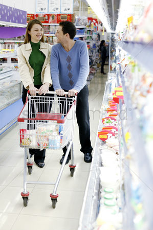 Pushing : Couple shopping in the supermarket