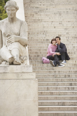 Sculpture : Couple sightseeing on steps