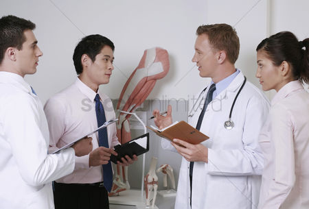 Medical personnel : Doctors having discussion