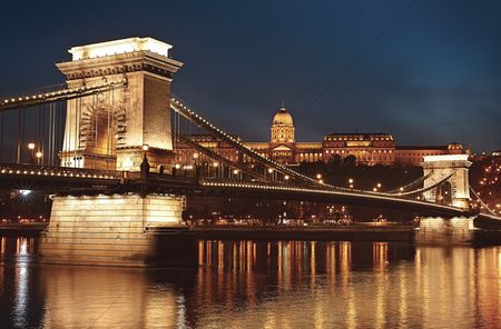 Attraction : Dusk cityscape of the chain bridge across the river danube with the buda castle in the background in the hungarian capital  budapest