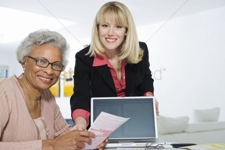 Advice : Financial advisor assisting senior woman