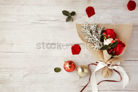 Flat : Flat of wooden background with bouquet of roses