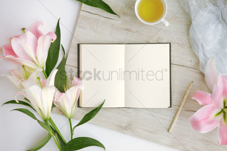 Flat : Flatlay of wooden background with bouquet of flowers