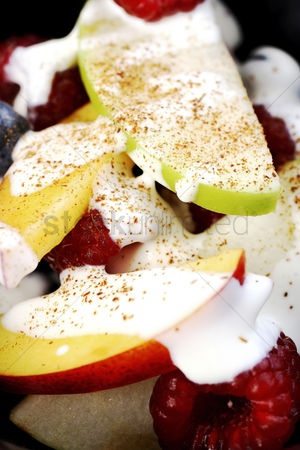 Ready to eat : Fruits salad with cream