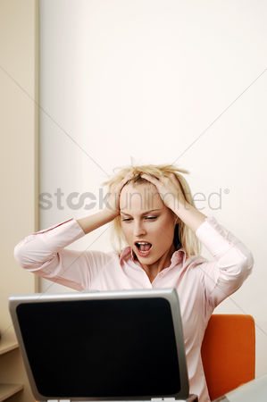 Internet : Frustrated businesswoman screaming