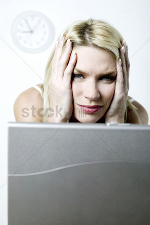 Pain : Frustrated woman using laptop