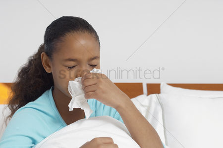Pain : Girl  7-9  blowing nose in bed
