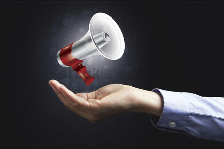 Instruction : Hand presenting a megaphone
