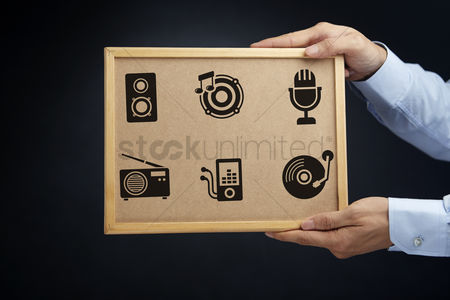 Cork board : Hands holding a board with audio concept