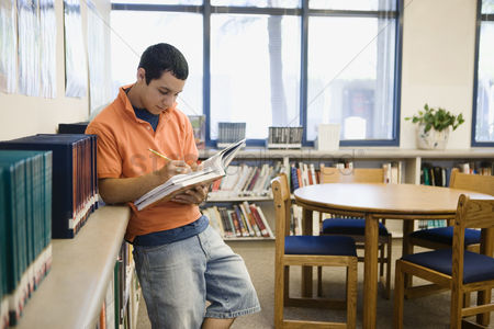 High school : High school student studying in library