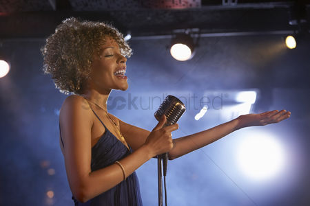 Club : Jazz singer on stage side view