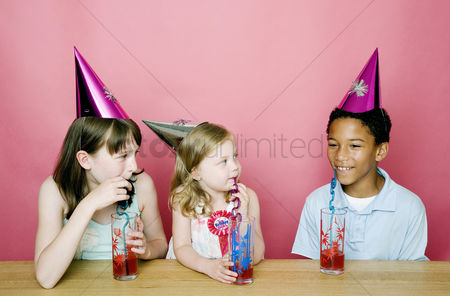 Friend : Kids chatting while drinking