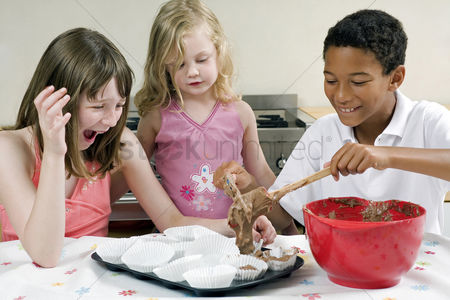 Friends : Kids learning baking