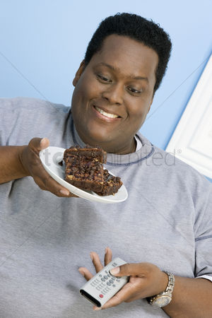 Sets : Man eating brownies
