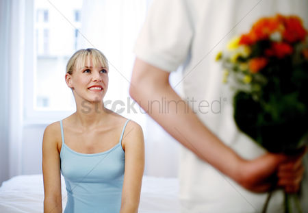 Girlfriend : Man giving his wife a bouquet of flowers