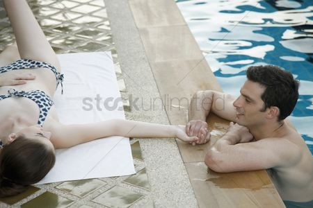 Attraction : Man in swimming pool flirting with woman