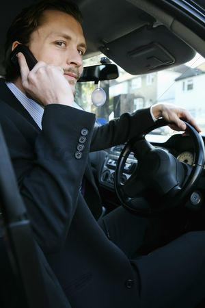 Advice : Man talking on the phone in the car