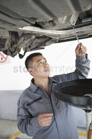 Fixing : Mechanic changing the oil