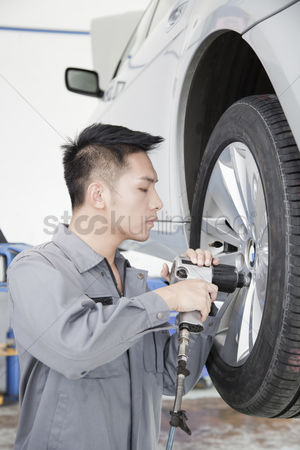 Fixing : Mechanic using power tool