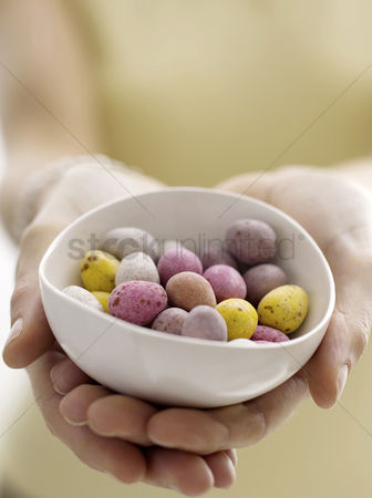 Easter : Mini eggs in bowl with model
