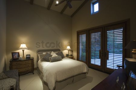 High ceiling : Palm springs bedroom at dusk