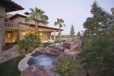 Garden : Palm springs outdoor jacuzzi and house exterior