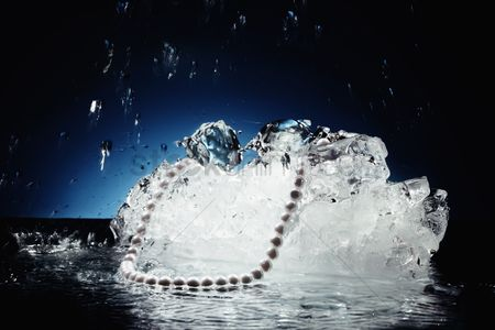 Cold : Pearl necklace on ice cubes