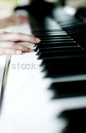 Educational : Playing the piano