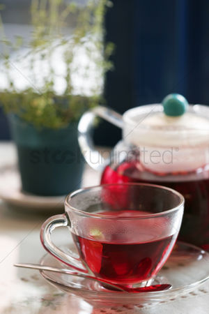 Tea pot : Red tea in a cup