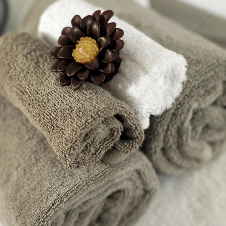 Tidy : Scented candle on rolled up towels