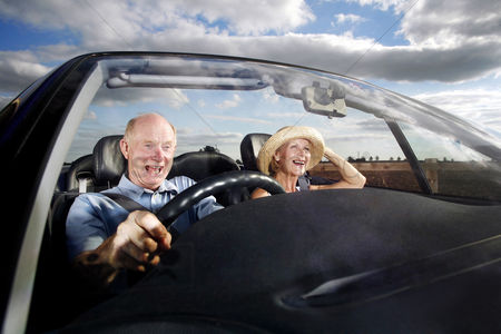 Relationship : Senior couple traveling in the car